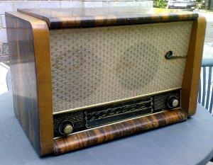 Ну, наконец-то, всё таки раздобыл радиолу 50-х гг. ВЭФ АККОРД.  Состояние внешнее не совсем идеальное.