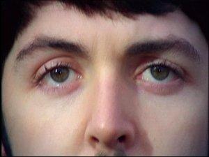 Strawberry Fields Forever кадр из клипа... Глаза зелёные, щё далеко до старости... и вообще, глаза изменили свой цвет именно в ЭТОТ период(1966-67).