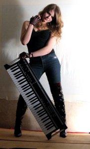 Трудно представить более очаровательную клавишницу :0)  Наша Елизавета