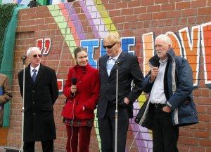Quarrymen. Род Дэйвис толкнул спич на церемонии открытия Памятника.