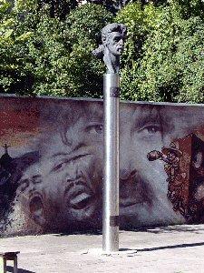 нет сомнения что в Е-бурге Битлз увековечены впервые в России. Коливасинский макет в его офисе и этот когалымский -рядом не стоят!
