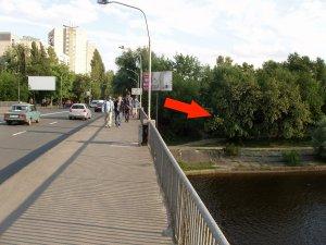Переходите по мостику и сразу за ним сворачиваете вправо.