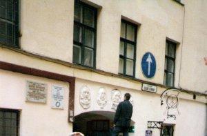 Вообще-то, барельефы в Санкт-Петербурге установлены и доработаны на Пушкинской 10 в Санкт-Петербурге ещё 9 октября 2006 года. Автор - Степан Мокроусов, за работой на снимке. Понимаю, что Колю Васина здесь ненавидят, но разрешение на установку барельефов было получено у городской администрации, значит это тоже можно считать официальным памятником.