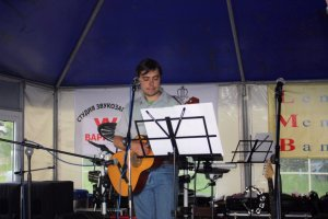 На сцене автор песни и фильма «Independence Rain» Денис (drwind).