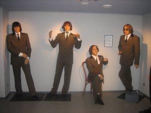 А вот восковые фигуры из одесского музея. Честно - если бы не подпись и не очки Джона - сроду бы не догадался что это Битлы