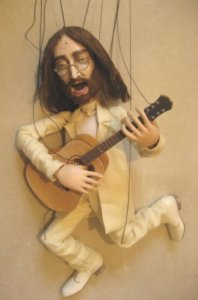 9 октября в День рождения музыканта группы Битлз Джона Леннона в кукольной труппе Петербургского музыкального театра Вампука появился на свет новый артист – маленький Джонни. Это уже седьмая по счету кукла-музыкант театра. Играть марионетка Джон Леннон будет, конечно, на гитаре. Петь – тенором. Рост Джона – 59 см. Вес – 1 килограмм 100 грамм (что для куклы, родившейся с гитарой вместе, очень хорошо). Характер – лирично музыкальный. Взгляд – добрый, сквозь круглые очки.