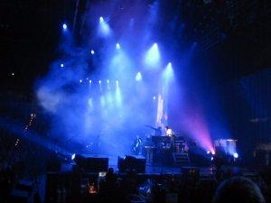 ..а это Пол облокотился на пианино и ждет аплодисментов публики, после того как они сыграли эту песню! =)