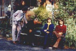 Пол Маккартни, Джон Леннон, Джордж Харрисон и Ринго Старр запечатлены в компании пожилого человека, спящего на скамейке.