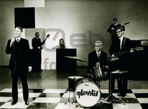 Двое участников Juuniorid ,братья Тоомас Кырвитс (гитара) и Харри Кырвитс (ударные)в том же 1965 году вошли в состав безусловных лидеров среди эстонских бит-групп 60-х, Optimistid. Другими участниками первого состава были Хейго Мирка (бас),Велло Салуметс (основной вокал)и Нееме Ниннас (гитара). Начинали они как Reval, и под этим именем выступили в Москве на ВДНХ, сопровождая показы таллинского дома моды.Потом всплыло,что название Reval было у дивизии СС, и пришлось взять другое название.Это произошло как раз перед конкурсом групп,которое проводило эстонское ТВ в 1966 году.На конкурс были заявлены под одним именем,а выиграли его под другим.В отличие от других групп это был профессиональный ансамбль,участники имели музыкальное образование (кроме Харри,который выиграл конкурс у 12 других ударников).Оптимисты исполняли песни Битлз,Роллингов,Дилана,Троггз на английском языке.Сочиняли они (в основном Салуметс) и свои вещи,на английском и эстонском.Вот такая тогда была в ЭССР демократия:-).Я их видел только один раз,когда в начале 1967 года они выступали в клубе молочного комбината.Молодёжи  набилось под самую завязку.Хотя это мероприятие планировалось как танцы,народ был настолько ошарашен вначале,что о танцах и не помышлял.Особенно впечатлило аутентичное исполнение роллинговской Paint It Black.К сожалению,группа распалась уже в 1969 году. Я нашёл на Ютубе только два примера,которые конечно не дают серьёзного представления о возможностях Оптимистов.Первый инструментал,а второй в битловско-балладном стиле.