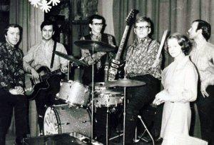 Одной из самых популярных групп в середине 60-х были Toomapojad (сыновья Тоома). Возникли они в 1966 году в Таллинской 42-й средней школе. Среди её участников был и один из любимейших в России эстонских рокеров Гуннар Грапс. Их репертуар состоял в основном из песен Битлз,Роллинг Стоунз и Кинкс. Но пели они и эстонские песни,что способствовало их известности и у более старших слушателей. Эстонское телевидение их почему-то не жаловало, показали их только один раз.По радио же регулярно крутили. В 70-е годы поменялся как состав, так и направление.Так что по сути она стала уже другой группой под тем же именем.