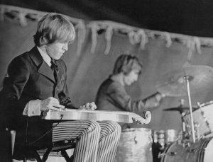 А давай те-ка вспомним инструменты,на которых играл Брайан в разное время.Начнём с дульцимера(помните Lady Jane и I'm Waiting ?)