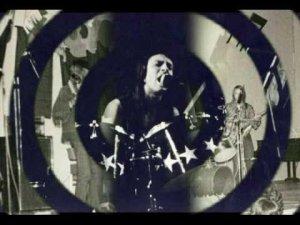 Ornament считается первой приличной эстонской группой,заигравшей хард-рок. Образовалась она в 1972 году при доме культуры местечка Кохила на базе местного ансамбля Kapriisid.За основу был взят стиль Led Zeppelin с их психоделическими риффами.Начальный состав: