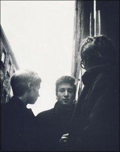Стью, Астрид и Джон на Мэтью-стрит в Ливерпуле