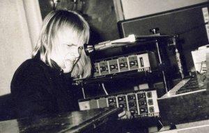 В 1974 году 18-летний клавишник и вокалист Свен Грюнберг покидает Орнамент,чтобы основать группу,с которой он мог бы исполнять свои собственные сочинения. Фактически Mess стала первым в Союзе ансамблем,исполнявшим электронную рок-музыку. В то время Грюнберг с большим почтением относился к таким прог-группам,как Yes, King Crimson, Genesis, Focus, Emerson Lake And Palmer.Основная проблема заключалась в том,как воплотить свои идеи.На помощь пришёл инженер Хярмо Хярм (ранее работавший с Вянторель),собравший для Свена первый в Эстонии синтезатор и другую электронную аппаратуру.Часть из неё можно обнаружить на этом видео: