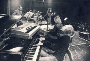 С осени 1976 года по лето 1977-го под руководством Рейна Раннапа действовал прог-ансамбль Noor Eesti (Молодая Эстония). В то время пианист и композитор Раннап в связи с большой загруженностью по учёбе не мог постоянно выступать с ансамблем Руя и пригласил на своё место Маргуса Каппеля.Тем не менее он решил основать новую команду,которую можно считать супер-группой:все её участники уже ранее успели стать достаточно известными.Вокалист Тайо Кадаяс работал с группой MEIE,басист Тыну Тормис играл в ансамбле ORNAMENT ,ударник Ивар Сипра - в MESS.Только будушие профессионалы серьёзной музыки органист Андрес Уйбо и Хейти Рийсмяе (фагот) были в начале своего творческого пути.Как видим,в Noor Eesti не было гитариста,поговаривают,что у Раннапа в то время была на них аллергия.