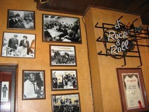 Зато когда я зашла внутрь моего кафе, чтобы расплатиться, была приятно удивлена, увидев на стенах вот это: