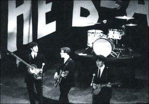 НИЛ АСПИНАЛЛ: Джордж заболел тонзиллитом и не мог ходить на репетиции для шоу Эда Салливана. Я был за него, вставал там, где должен был стоять он, чтобы они знали, где кто стоит; мне на шею повесили гитару. Ока не была подключена (вообще никто ничего не играл), поэтому мне было особенно забавно читать через несколько дней в солидном американском журнале, что я посредственно играл на гитаре.