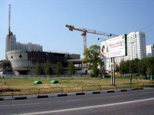 Стройплощадка во дворе. Но, строительство очень интенсивное, скоро будет всё ок.