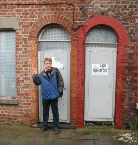 Когда мы в конце лета были в Ливерпуле, инициатор кампании за спасение дома Ринго Стив Барнс (Steve Barnes) сказал мне, что весь район, в том числе дом номер 9 по Madryn Street, будет снесен уже этой осенью. Так что фанаты знают, что делают...