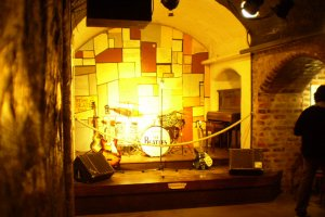 Максим мог бы и уточнить, что сцена Cavern - это всего лишь имитация в музее в Аьберт Доке (Ливерпуль)