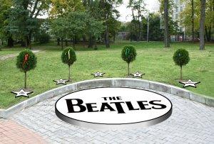 Вот таким он должен быть. Под каждым деревом — звезда: John Lennon, George Harrison, Ringo Starr, Paul McCartney. Пятая звезда, находящаяся по середине, между Джорджем и Ринго, под именем Brian Epstein, будет носить имя гениальнейшего менеджера группы Битлз, благодаря которому, в том числе, они обязаны своим всемирным успехом. Брайан Епстайн поистине имеет право называться пятым битлом.