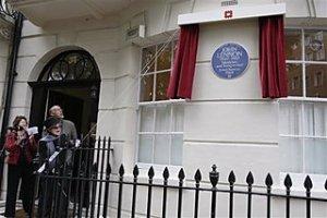 Yoko Ono Unveils Plaque on Lennon's London Home
