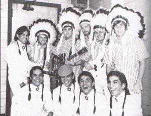 1966 год фото на память с коренными американцами, парень с бас-гитарой - Брюс Джонсон, ныне играющий с Майком Лавом в The Beach Boys.