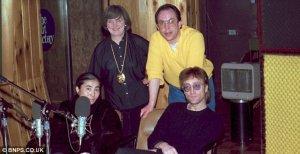 3. Диск Джокей Энди Пибблз, миссис Британи Дорсет (милая женщина бальзаковского возраста золотой цепухой аля-лихие 90-е) и Джон Леннон.