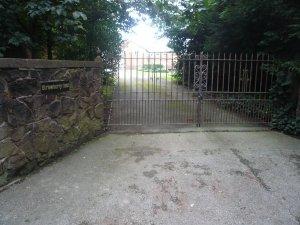 5) Красные ворота Strawberry Field все фоткают. Я сфотографировал вот эти...