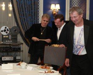 Вчера с Гилланом и Пэйсом http://twitter.com/MedvedevRussia/status/50642535797895168