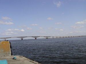 Теплоходики во всю ходят. Можно разглядеть, под мостом)))