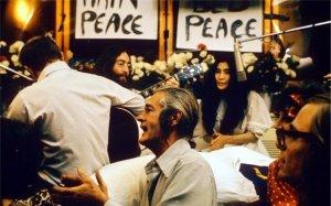 Сегодня 1 июня(1969 года),в финале акции Bed in, John Lennon и Yoko Ono записывают в номере 1742