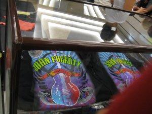 Никто не сказал, какие там футболки продавались, красоты писаной! Я от жадности 2 купила)))
