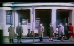 0:50-1:01 - чередуются кадры Битлз на лошадях и ливерпульского автобуса № 46.