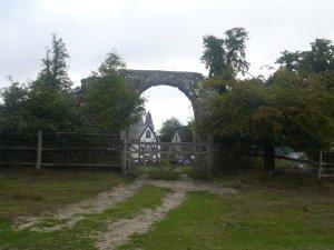 Каменная арка цела и сегодня. В прошлом году фоткал... Дом за ней называется The Birdhouse.