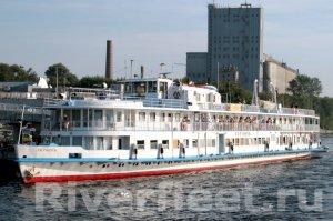 Кажется в конце 70-х мы обстреливали это судно с берега канала им.Москвы в районе г.Долгопрудный из рогаток шариками от подшипников.