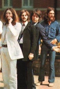 Вот это денёк сегодня у битлов!Событий сколько!Выложу ещё одно фото с фотосессии для обложки альбома Abbey Road,где они переходят эту улицу!Ещё чуть-чуть и они пойдут через зебру на Abbey Road!Это 8 августа 1969-го!