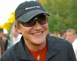 Знаменитый телеведущий Дмитрий Дибров в центре Москвы устроил аварию, подрезав на своем  белом «Мерседесе» скромный серебристый «Опель», за рулем которого сидела женщина.