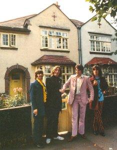 Дом №59 по Swains Lane. У Пола на лацкане здоровенный значок фана футбольного клуба Ливерпуль.