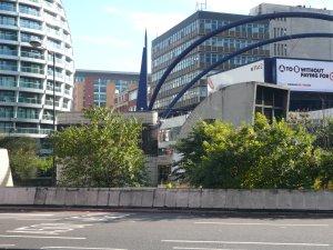 ... но сегодня там все неузнаваемо. Осталось только одно здание, справа от синей пики.