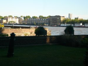 ... сегодня - частный сквер. Буржуины перестроили всю набережную, а доступ к Темзе объявили частной территорией.