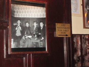 И вопрос по пабу  в Ливерпуле. Может, кто-то разъяснит, на каком таки диванчике  сидели Битлз в пабе The Grapes? Мой  английский не позволил разобраться в  фразе - то ли именно Битлз сидели на  данном диванчике, то ли фотограф делал снимки с этого диванчика.