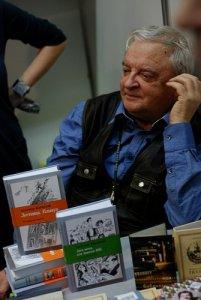 Купил последнюю книгу Александра Житинского. Когда-то очень понравилась его Лестница. Потом по этой повести поставили хороший фильм с Олегом Меньшиковым в главной роли. Теперь у Лестницы есть продолжение.