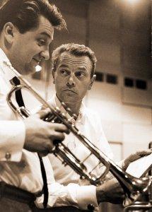 Композитор, аранжировщик, дирижер и музыкант Берт Кемпферт в начале 60-х (справа) - продюсер записи Битлз в Гамбурге 1961-го.