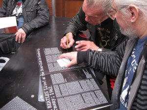 Кинг Сайз Тейлор встретился нам еще раз уже на улице. Здесь он подписывает Вадиму старклубовский диск Битлз. Теперь на этом диске два автографа людей, имевших прямое отношение к его появлению - Тейлора и Фашера.
