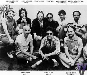 В начале 80-х годов Кримсон представляли собой сильную группу с интересной необычной музыкой. Всё, что было раньше - забыто, заброшено. Но ближе к нашему веку музыка стала слишком изощрённой и сложной, если не сказать прямо - чокнутой.