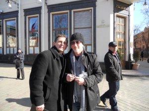 Тот же Roger Glover свободно гулял по улицам Минска без охраны и был не против автографа и фото...