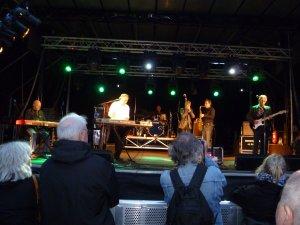 А я вот давеча в Дании на одном олдскульном фестивальчике Korsør open air с превеликим удовольствием послушал The Manfreds. Это команда, в которой собрались люди, игравшие с Манфредом в 60-е - оба вокалиста - Пол Джонс и Майк Д'Або, гитарист Том МакГиннесс, клавишник Майк Хагг и еще пара человек... Играют замечательно. В сетлисте - сплошь хиты того времени - Ha!Ha! Said the Clown, Pretty Flamingo, Fox On The Run, Do Wah Diddy Diddy и т.п. ...