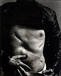 5 июня 1968 года агрессивно настроенная ученица Уорхола по имени Валери Соланас выстрелила в художника, серьезно ранив его. На выздоровление ушел год, но Уорхол так до конца и не оправился от ран. (После выстрела я как во сне. Ничего не понимаю. Не пойму, жив я или умер.) Оставив своих неуемных приверженцев, в 1970 году Уорхол стал приобщаться к миру знаменитостей. Начался самый продолжительный период его творчества, когда на шелковых оттисках появились ослепительные портреты Мэрилин Монро, Лайзы Минелли, Джимми Картера и председателя Мао. Уорхол также сотрудничал с режиссером Полем Моррисеем в фильмах Дрянь и Одинокие ковбои. В главной роли снимался великолепный, сексуально привлекательный Джо Д'Аллесандро. Эти фильмы претендуют на большую утонченность по сравнению с теми, что Уорхол снял в 1960 году самостоятельно.