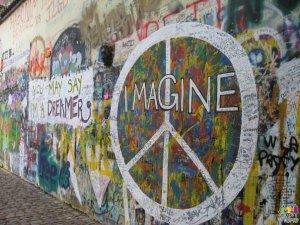 http://www.youtube.com/watch?v=XLgYAHHkPFs  -  John Lennon - Imagine  Очень хипповая песня!